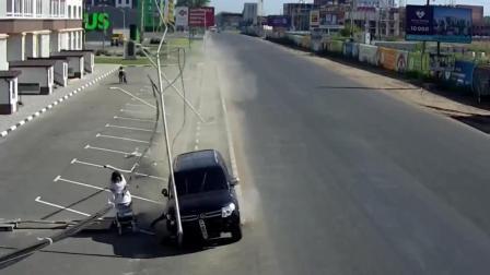 女子推着婴儿车走在路边, 身后很不对劲, 监控拍