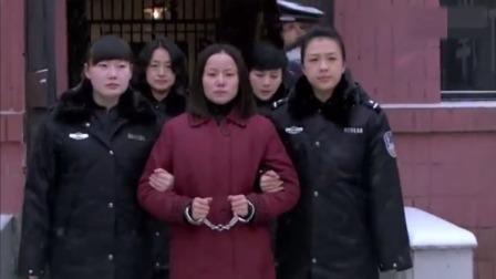 女死刑犯上路,路上年幼的女儿送行,女子囚车里后悔痛哭!