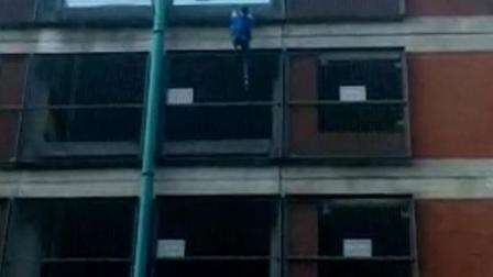 英国女子徒手快速攀爬八层楼高停车场
