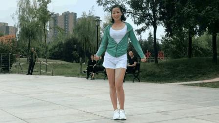 好像是祁隆陪你过中秋《英文健身操》青青世界广场舞