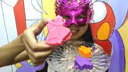 美食吃货: 面罩小姐姐吃彩色空心巧克力圣诞铃铛 口感浓郁香甜