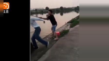搞笑二货夫妻河里抓鱼, 鱼没抓到却差点被吓哭