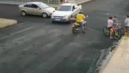 男子在路口等车, 打死他也想不到, 会遭遇如此离