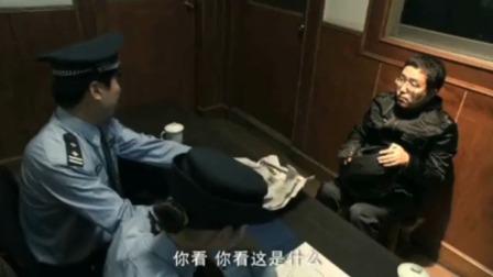 小伙抢东西被抓,警察拿出赃物给他看,小伙直