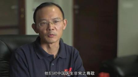 中国医生在非洲为啥受到尊敬: 打着电筒做手术, 特别能吃苦!