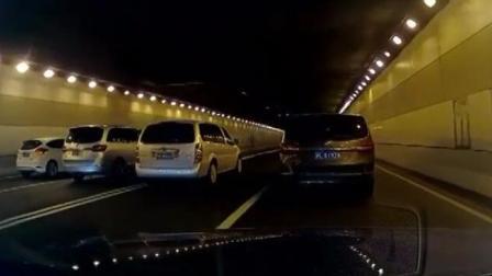 上海四辆车并排挡道!为给前车拍广告
