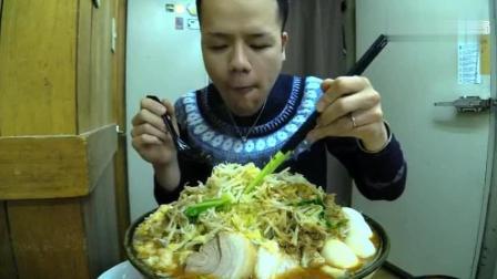 日本大胃王: 吃播新井熊小哥挑战吃巨无霸豆芽山猪肉卷浓汤拉面