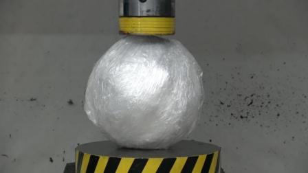 当一个塑料白球遇到液压机会怎样? 你猜它会变成什么样? 太厉害了!