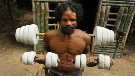 野人用原始技术打造了一套健身器材, 这效果比健身房还好, 太牛了