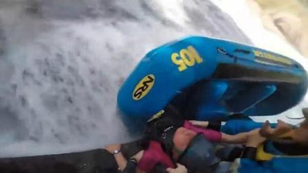美国一女子漂流时翻船 被夹在皮艇和巨石间