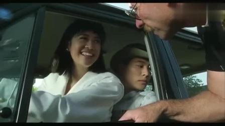 """李连杰一部经典影片, 学开车被查, 幸好旁边""""女"""