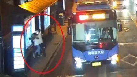 """女子等公交遭陌生男强吻 对方称""""无法控制自己"""""""
