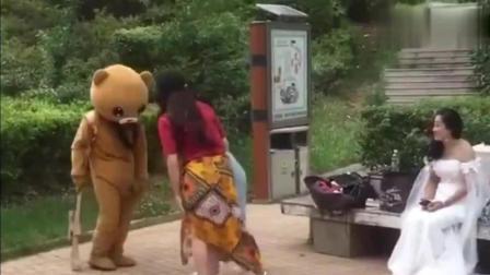 调皮的网红熊, 不去好好发传单, 跑出来恶搞路人了!