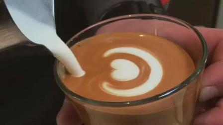 玻璃杯中的心形咖啡拉花技巧教程分享