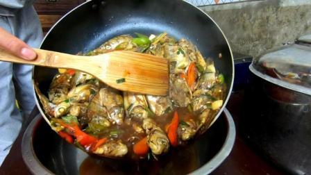 红烧一盆小杂鱼, 辣乎乎的, 特别美味! 鱼好吃, 鱼汤泡饭更好吃!