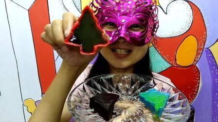 美食吃货: 面罩小姐姐吃彩色小松树巧克力夹心果冻 红配绿好美妙