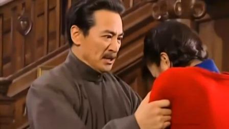 依萍把这些年的不公都说了出来,然而却惹怒了陆振华,直接上鞭刑