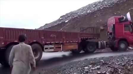 """半挂车在巴基斯坦险坡转弯, 看中国司机秀""""神操作"""", 太长脸了!"""