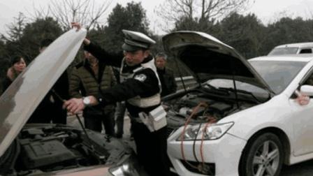 婚礼头车套牌驾驶被拦, 交警的一个动作, 新郎都竖起大拇指!