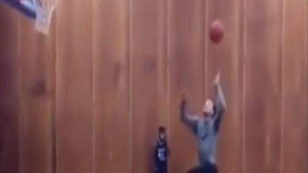 1米6老外说会扣篮, 看他从罚球线起跳, 正想笑他