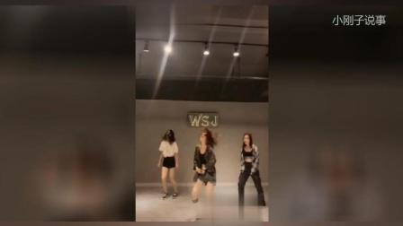 三个美女卖力跳舞, 背景墙上的字母(WSJ)亮了