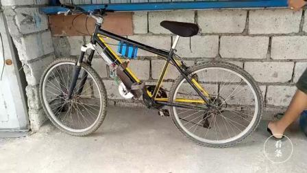 牛人将平衡车拆卸, 零件和自行车结合做成电动自