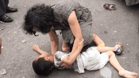 母亲刚把儿子送到校门口, 不料下秒儿子就被撞飞, 网友: 活该!