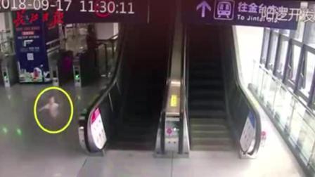 家长低头玩手机, 1岁宝宝险些卷入电梯, 还好地铁小姐姐及时出手