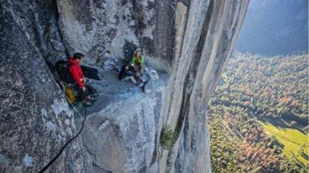 美国攀岩大师徒手征服914米高酋长岩