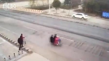 离奇车祸  夫妻二人过马路, 监控拍下人生最后