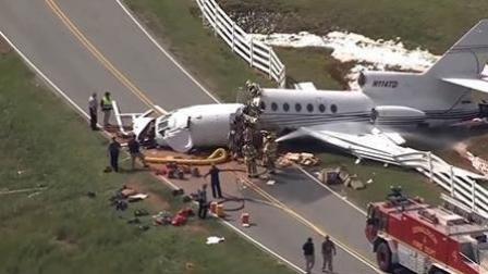 社会热点爆料 2018 9月 私人飞机冲出跑道断成两截 机上4人2死2重伤