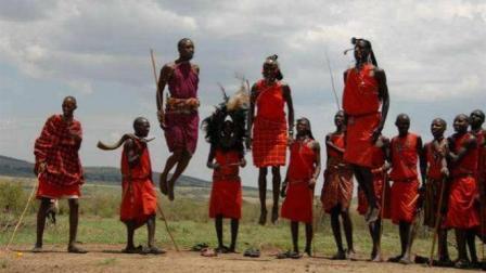 """非洲""""古怪""""原始部落, 女人需要剃光头, 而男人却需要留长发"""