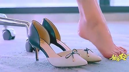 董事长的女儿第一天上班, 穿不惯高跟鞋, 在办公室脱下鞋, 尴尬了