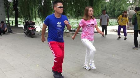 广场鬼步舞《坟场蹦迪》美女帅哥跳得很带劲, 好看又好学