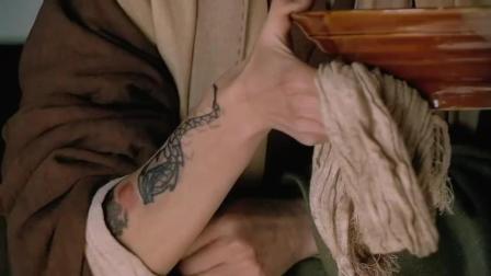 小二在九纹龙面前露纹身, 后面见到真身默默的遮住了!