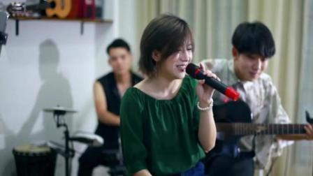 美女翻唱林志颖的《十七岁的雨季》再不疯我们都老了!