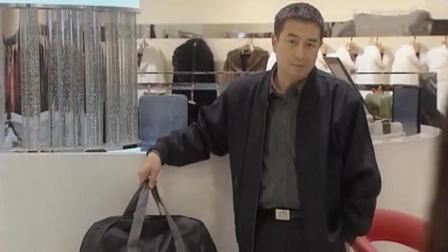 大叔到商场找人, 服务员连理都不理, 没想到老板见他都客客气气的
