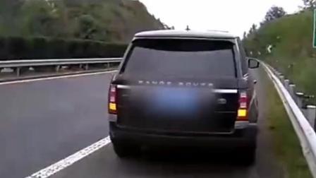 警察高速路上捡了一辆价值百万的路虎, 网友: 交友要慎重