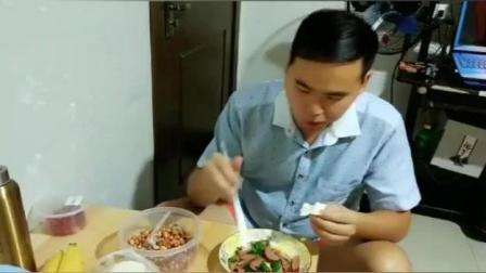 农村小伙下班后去超市买菜 香肠炒辣椒, 自己做的饭就是香
