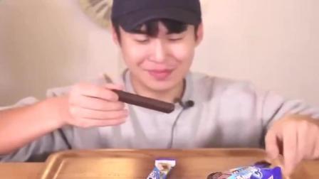 韩国吃播大胃王喝苏打汽水再吃两根巧克力威化, 感觉很香脆美味