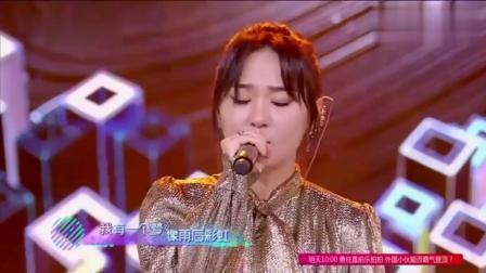 她刚唱第一句全场沸腾, 评委跟着哼唱, 观众尖叫欢呼, 太好听了!