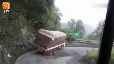那两个小轿车太幸运了, 出车祸差一点就压扁