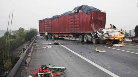 """这样""""自杀式""""车祸真是头一次见, 轿车瞬间被大货车撞成渣渣!"""