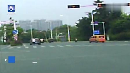 信号灯急刹惹毛后方司机, 拿起棍子对车一顿猛砸