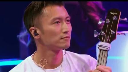 中国好声音: 谢霆锋走上台帮刘郡格伴奏《作曲家》, 谁注意他身后学员表情, 尴尬