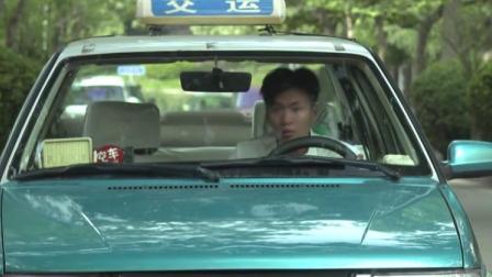 出租司机想要拉熟人走,乘客却不乐意了,好说歹说就是不下车