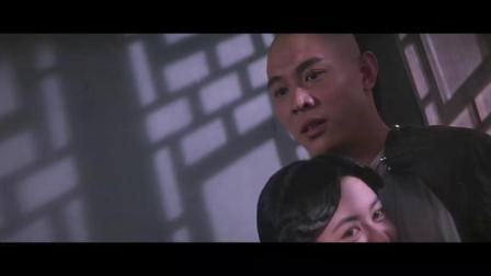 帅哥正在拥抱美女,突然闯进来一批人,连忙解释是在给美女吹眼睛