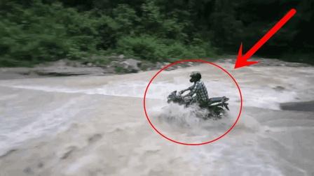 摩托车逞强过河, 刚走了不到10米, 司机就知道洪水的威力了!