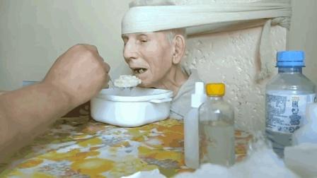 男子细心照顾瘫痪老人, 20多年如一日, 种种行为让人感动不已!