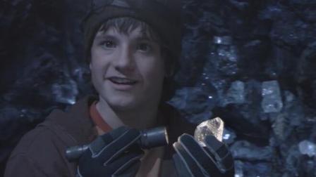 小男孩掉进了满是钻石的山洞里, 贪心多拿了几个, 结果却进入了地下世界